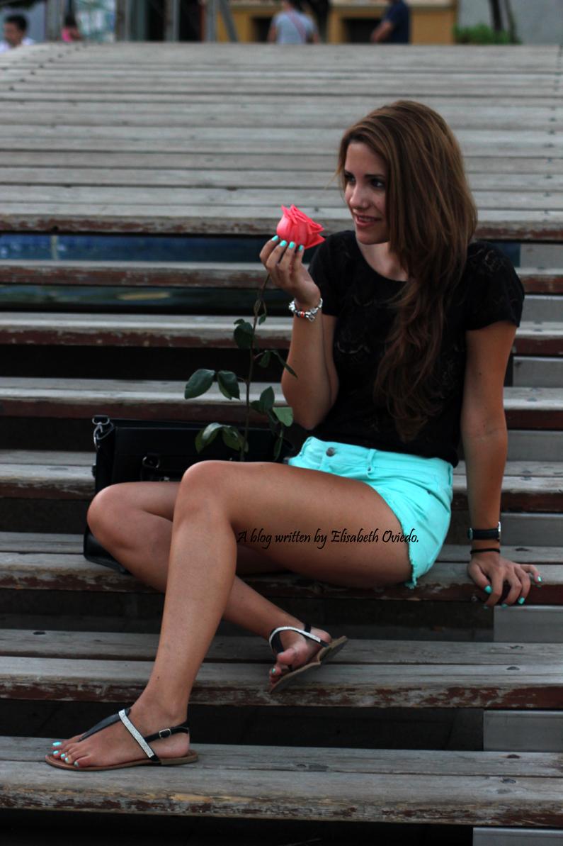 Shorts-aguamarina-con-camiseta-de-encajes-negros-HEELSANDROSES-Rincón-de-la-Victoria-(5)