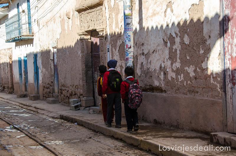 niños yendo al colegio en Moray