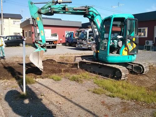 まずは掘削して、障害物や大きな石を取り除いていきます(建匠おだぎり:弘前市の舗装・アスファルト・コンクリート・駐車場工事)