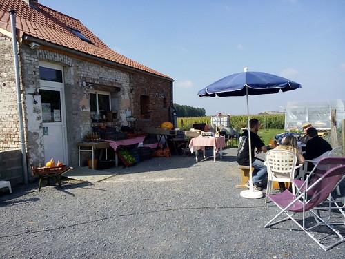 Visiteurs attablés devant l'étal de légumes  lors de nos journées portes ouvertes
