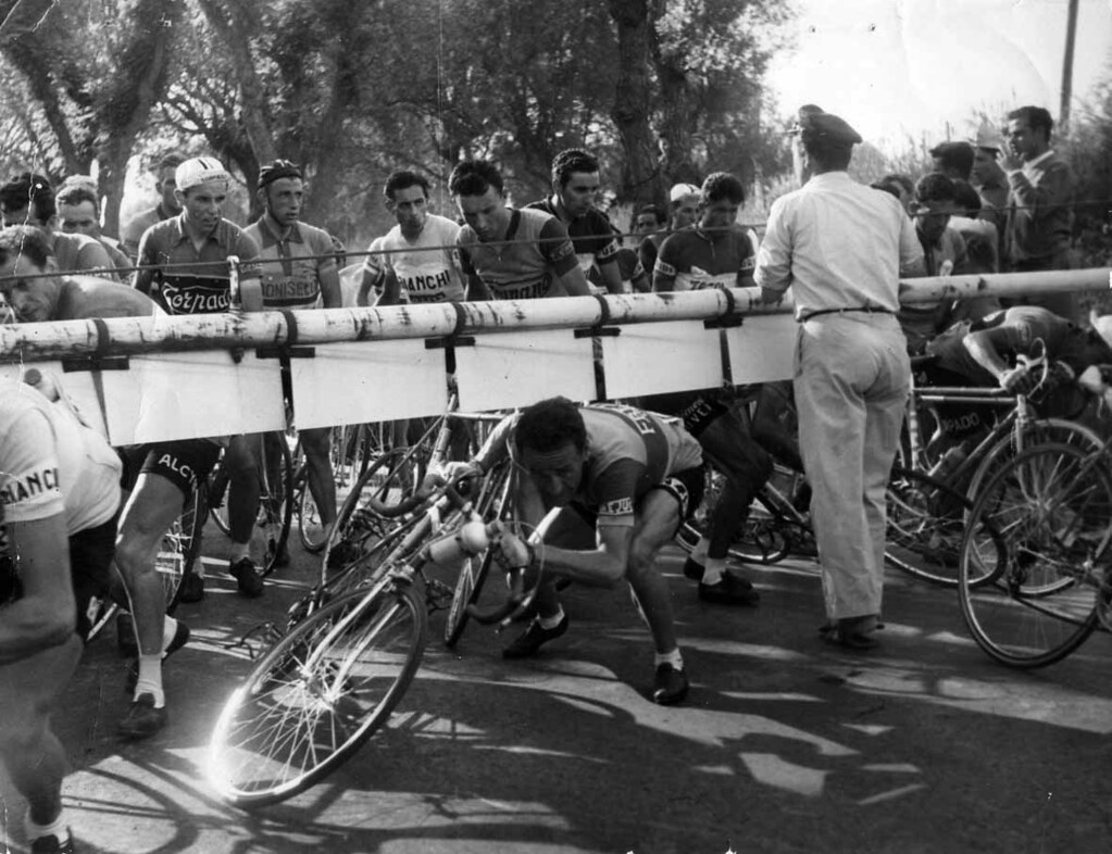 Attraversamento di un passaggio a livello. Si riconosce, tra gli altri, Sergio Ferrando e Fausto Coppi (foto inviata dal figlio di Sergio Ferrando, Massimo)