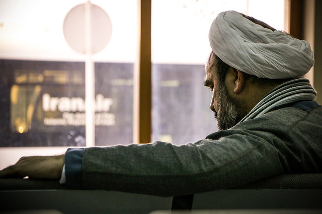A man with a white turban in Isfahan International Airport  イスファハン、シャヒード・ベヘシュティー国際空港の白ターバン男性