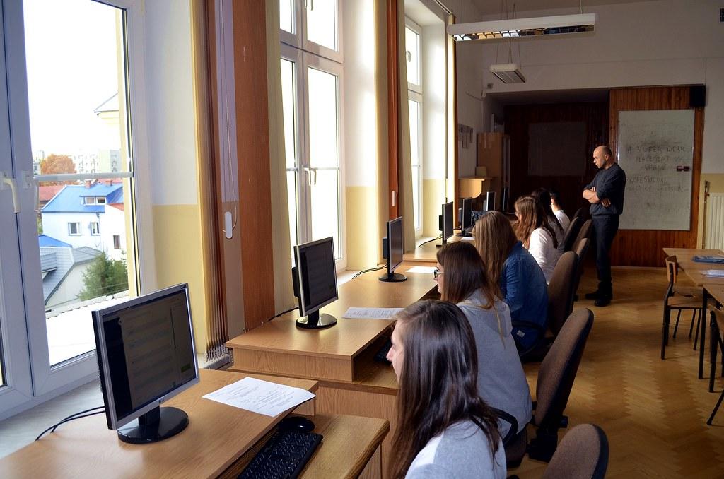 Uczniowie opracowują CV w języku angielskim (grupa jadąca na staż do Włoch).