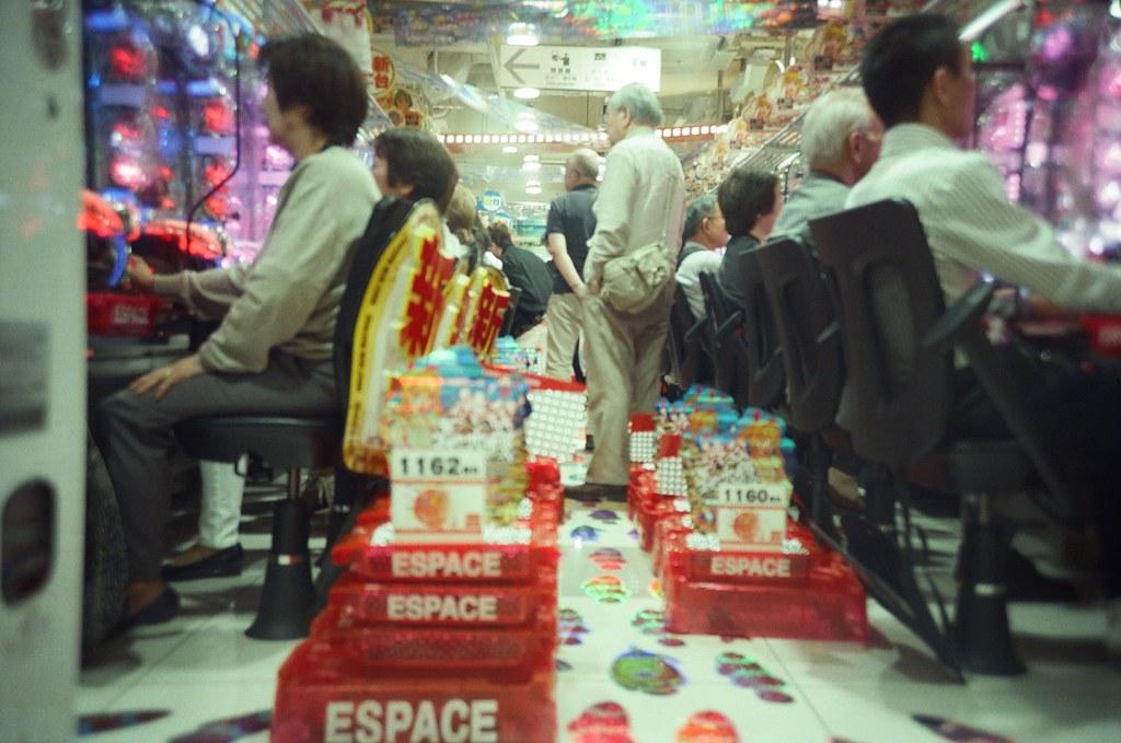 渋谷 Tokyo, Japan / KODAK 500T 5219 / Lomo LC-A+ 好像是到了渋谷吧!在外面隔著玻璃往內拍。  看著鋼珠球滾來滾去,其實玩的人應該在放空想事情吧。  Lomo LC-A+ KODAK 500T 5219 V3 7393-0003 2016-05-21 Photo by Toomore