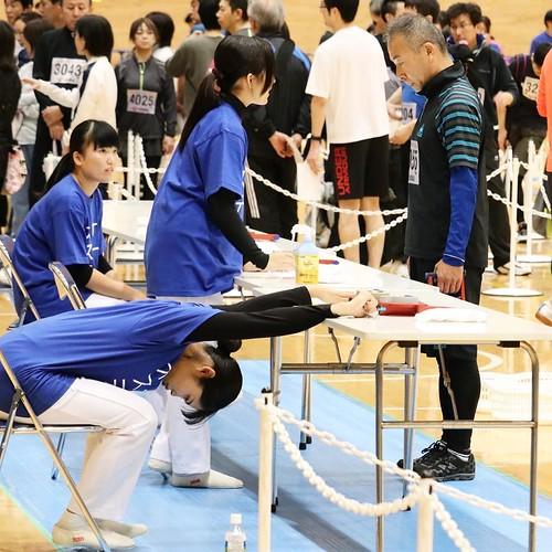 えっ?えっ?と思ったら、普通にストレッチだった。日体大の学生さんかな。キャンパスに普通にオリンピック選手や国体選手が歩いてるのって、すごいよなー。 #オトナのスポーツテスト