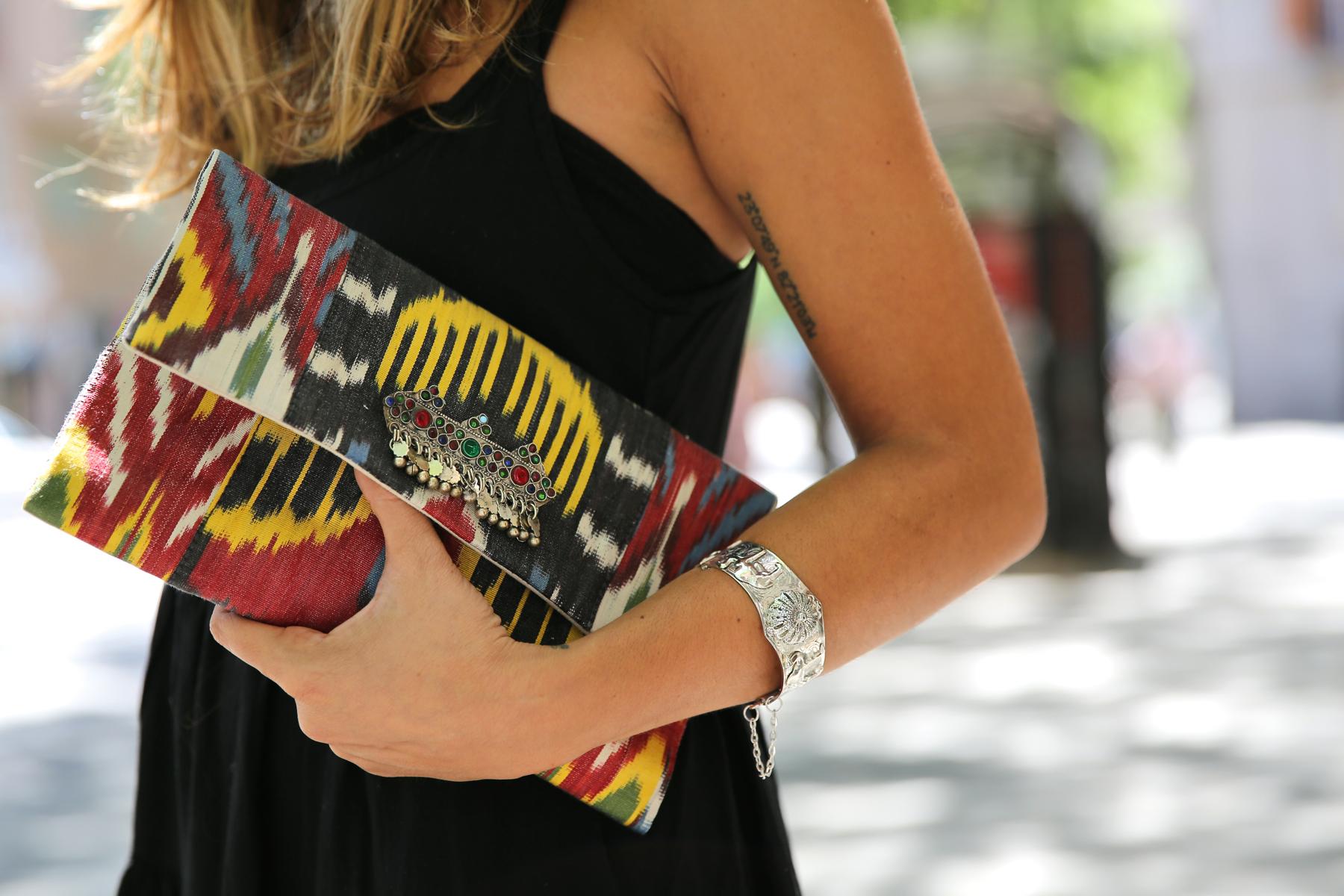 trendy_taste-look-outfit-street_style-ootd-blog-blogger-fashion_spain-moda_españa-ugg_australia-clutch_etnico-vestido_negro-black_dress-brandy_melville-2