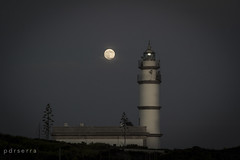 Timida Super Luna tras el Faro de Ses Salines