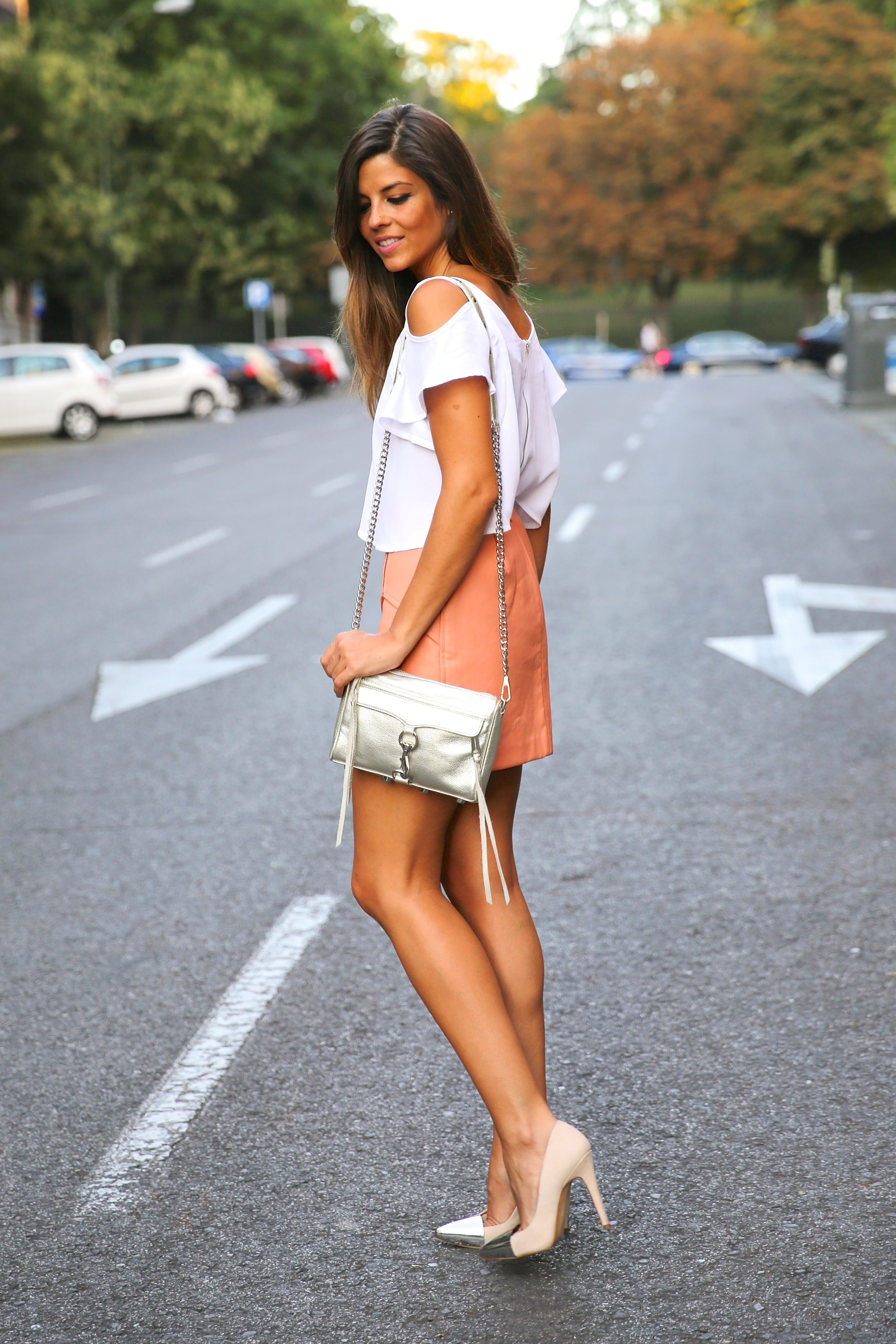 trendy_taste-look-outfit-street_style-ootd-blog-blogger-fashion_spain-moda_españa-madrid-silver_stilettos-punta_plata-estiletos-falda_coral-coral_skirt-top-15