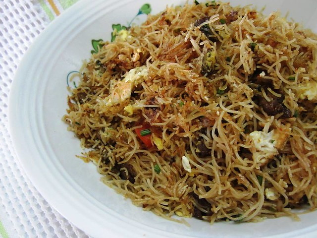 STP's fried bihun with soy sauce clams