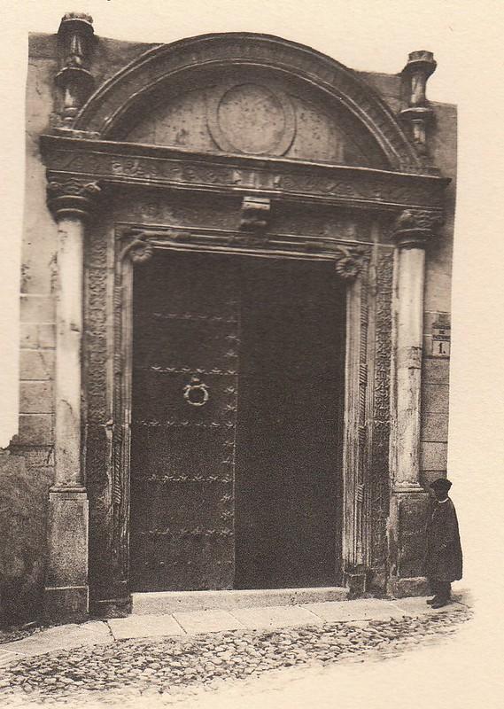 Puerta del Palacio de Don Diego de Bálsamo a principios del siglo XX. Fotografía de G. Darcis publicada en el libro L´Espagne, provinces du Nord, de Tolède a Burgos de Octave Aubry en 1930