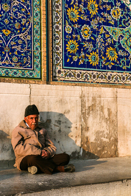 An eldery man sitting in the mosque, Isfahan イスファハン、モスク前で座っていたおじいさん