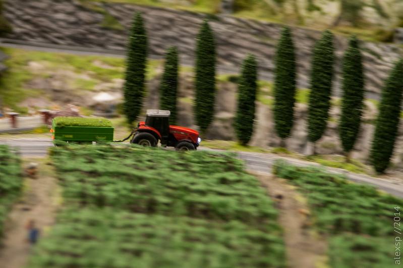 Трактор в полях