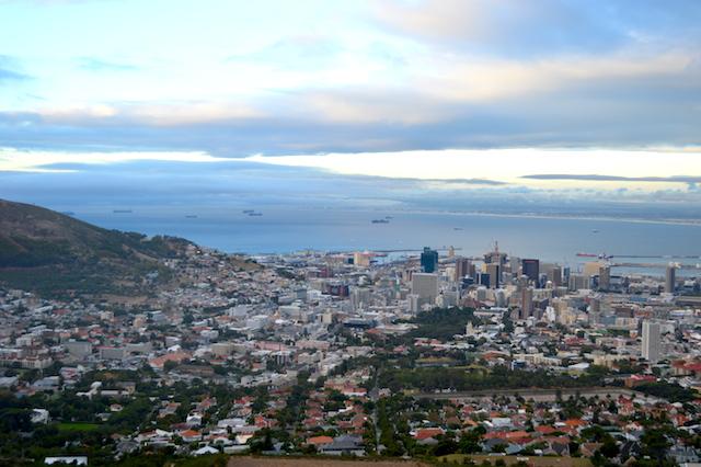 Blick auf Kapstadt mit dem Waterfront Harbour