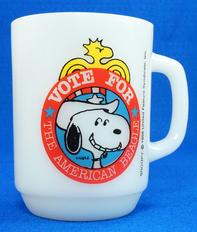 RD14663 Peanuts Snoopy White Milk Glass Vote for the American Beagle 1980 Political #2 DSC05973