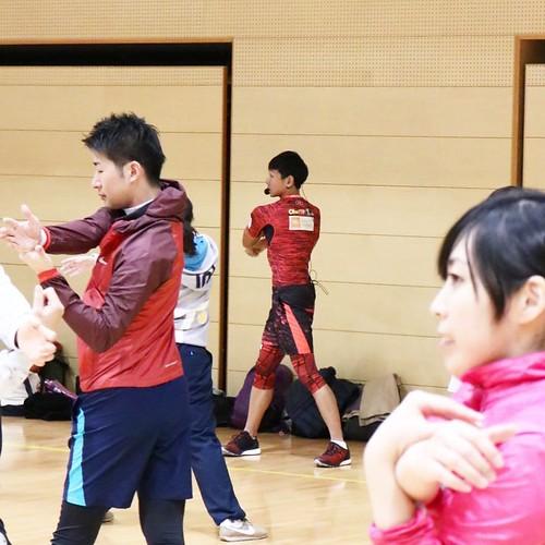 音楽のリズムに合わせ、「ティップネス」 の福池さんによる、ウォームアップ体操。これは効く。 #オトナのスポーツテスト