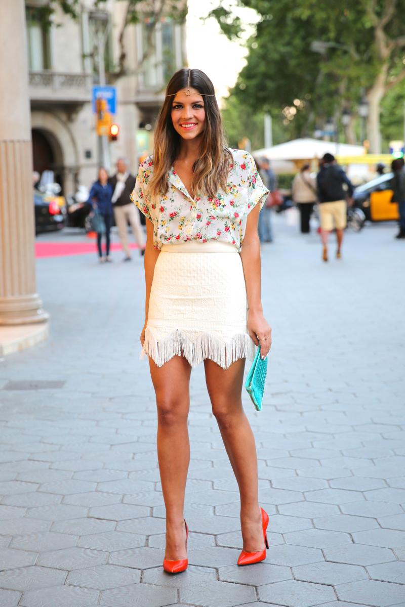 trendy_taste-look-outfit-hotel_majestic-street_style-ootd-blog-blogger-fashion_spain-moda_españa-falda_flecos-fringes_skirt-mas34-mango-blusa_flores-primaver_verano-zapatos_naranjas-tocado_dorado-9