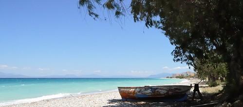 shadow sea panorama beach boot boat stones shoreline zee boom greece schaduw landschap vissersboot griekenland kiezelstrand peleponessos nikonp7100 katopitsa