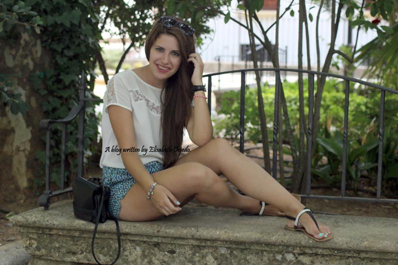 shorts-azules-con-estampado-paseo-por-Ronda-HEELSANDROSES-(1)