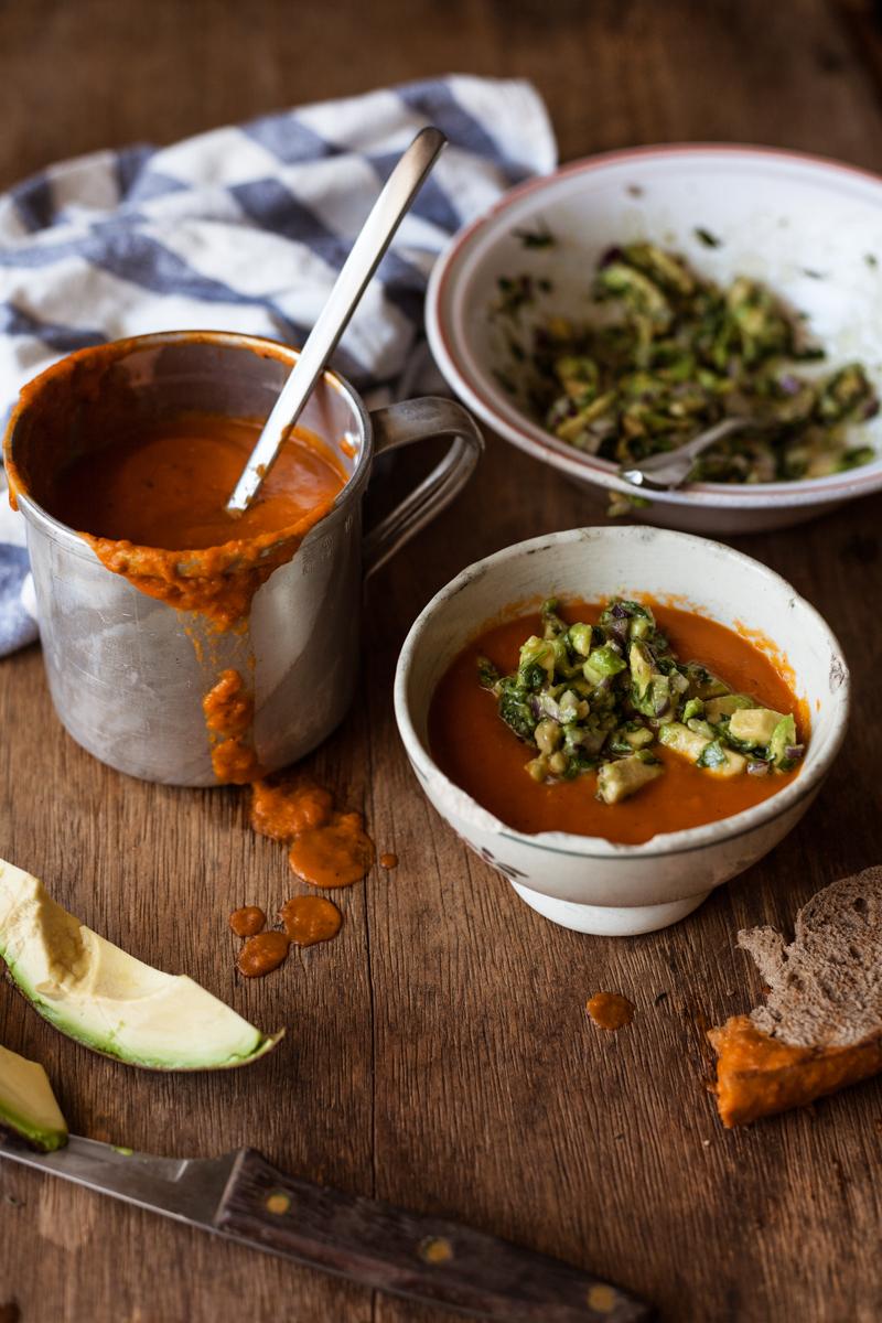 sopa de tomate assado com guacamole de manjericão