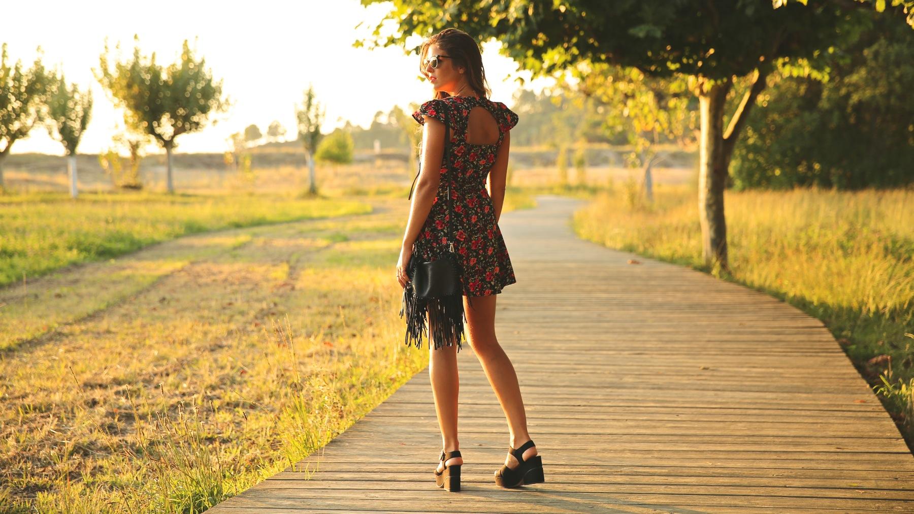 trendy_taste-look-outfit-street_style-ootd-blog-blogger-fashion_spain-moda_españa-flower_print-dress-vestido-flores-sandalias_negras-black_sandals-platforms-sunset-playa-beach-summer-11