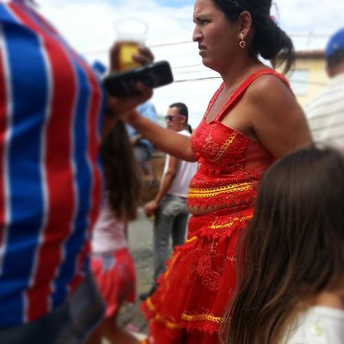 Incrível como a cultura cigana consegue se manter forte, mesmo após tantos anos.   No interior baiano, dentes de ouro e roupas coloridas são características comuns nas mulheres ciganas.   #cigana #gipsy