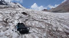 Podejście lodowcem Gergeti w kierunku stacji meteo (Bethleim Hut 3680m). Mój plecak.