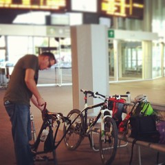 @poglianoracing dismanteling bikes for travel in the #logroño train station