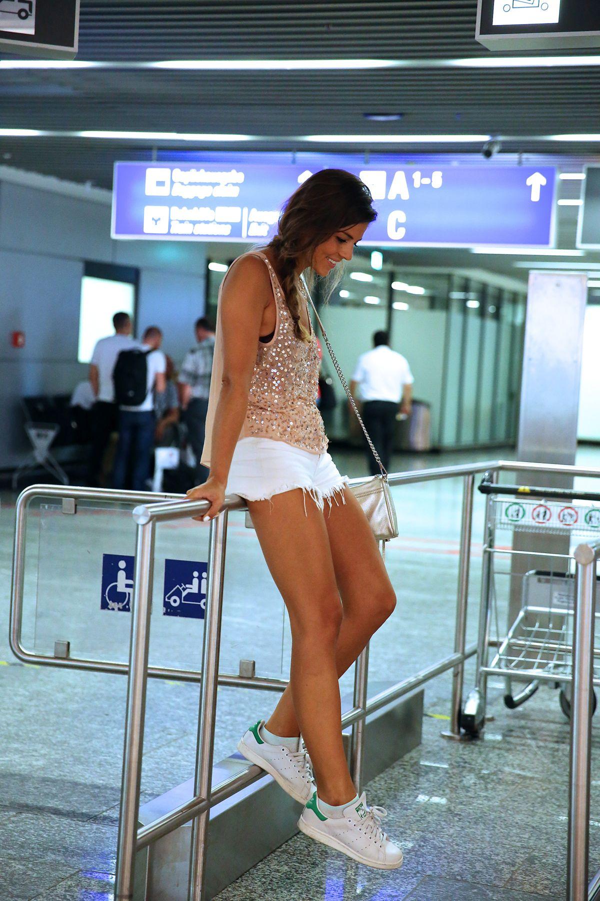 trendy_taste-look-outfit-street_style-ootd-blog-blogger-fashion_spain-moda_españa-traveling-viaje-frankfurt-stan_smith-adidas-lentejuelas-top-denim-shorts-vaqueros_rotos-15