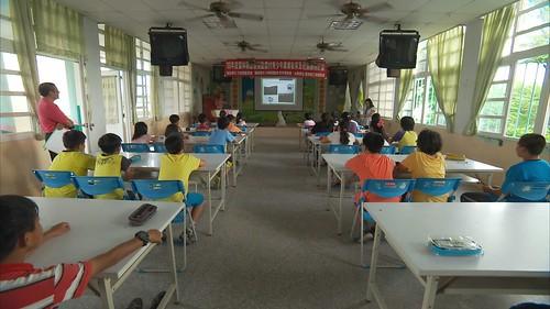 王貴仙向學童介紹花生產業