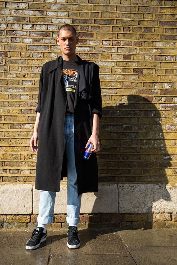 黒ロングコート×AC/DC黒Tシャツ×・ジーンズ×PUMAスエード黒