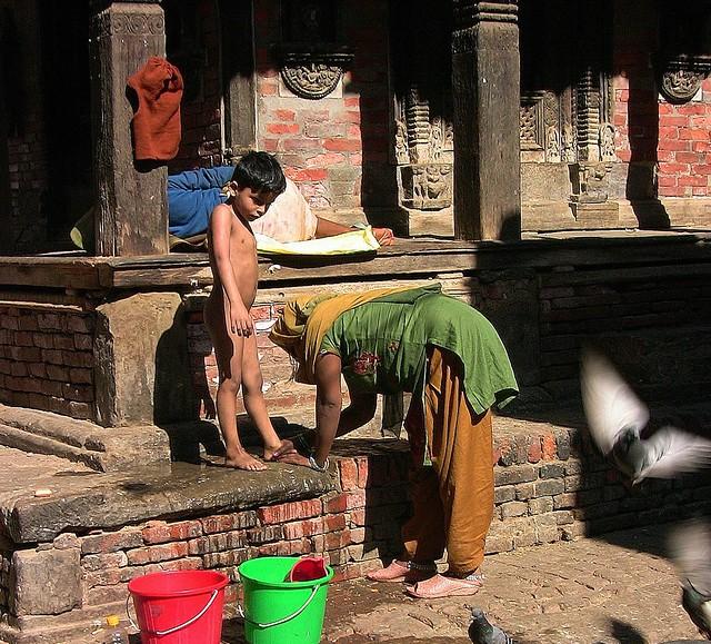 NEPAL, Kathmandu - unterwegs in der Altstadt, Waschtag,  15024/7655