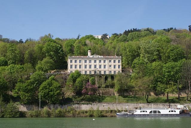 Vue sur les demeures bourgeoises et autres écoles religieuses de Sainte Foy les Lyons en face de Confluence.