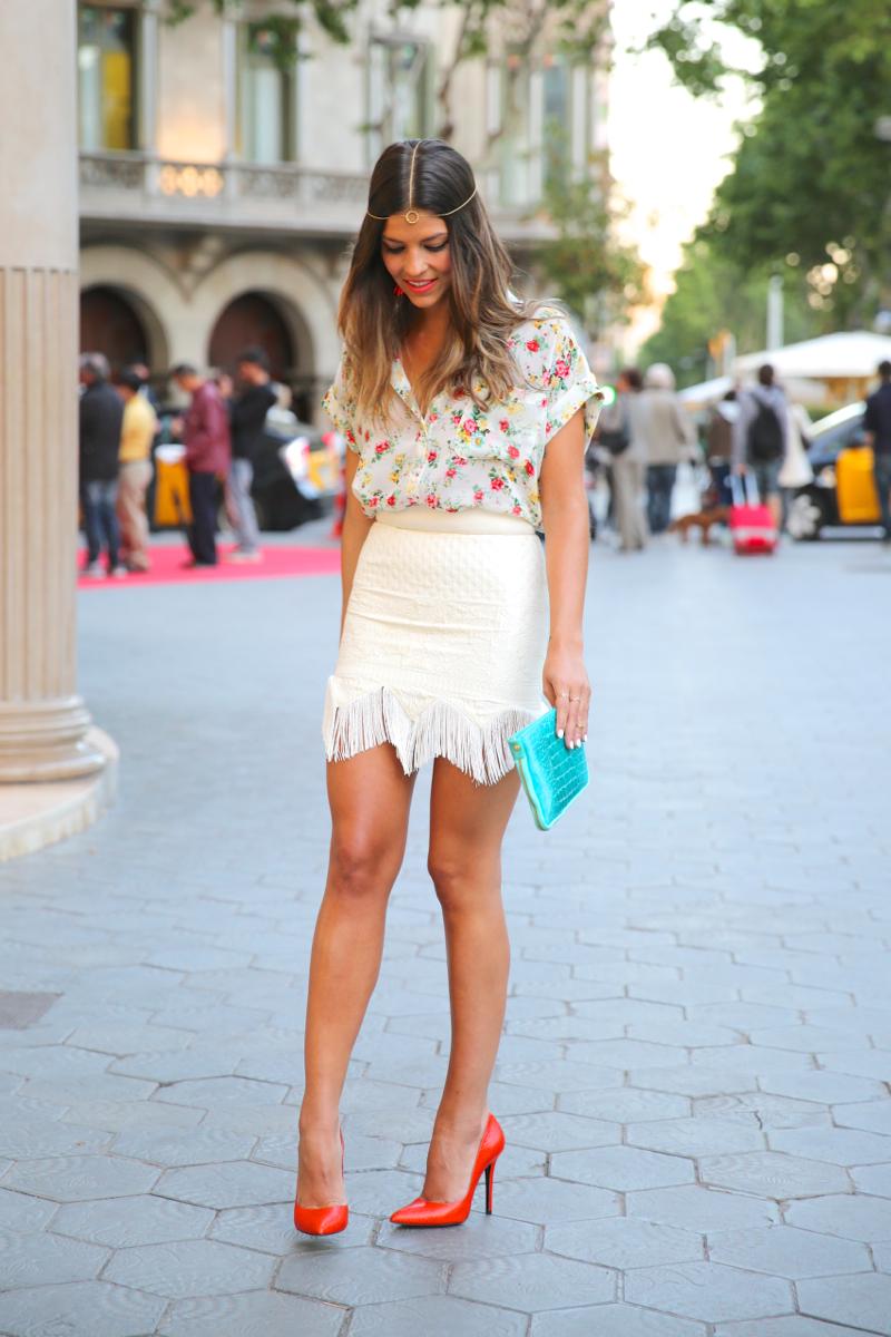 trendy_taste-look-outfit-hotel_majestic-street_style-ootd-blog-blogger-fashion_spain-moda_españa-falda_flecos-fringes_skirt-mas34-mango-blusa_flores-primaver_verano-zapatos_naranjas-tocado_dorado-11