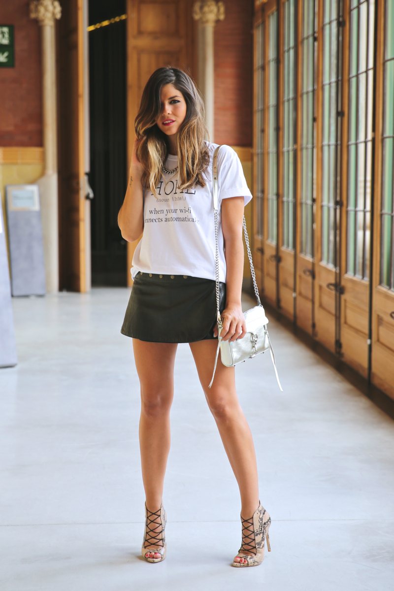 trendy_taste-look-outfit-street_style-ootd-080_barcelona-fashion_spain-moda_españa-blog-blogger-seat_mii-basic_tee-camiseta_basica-animal_print-sandalias_cordones-falda_cuero-leather_skirt-14