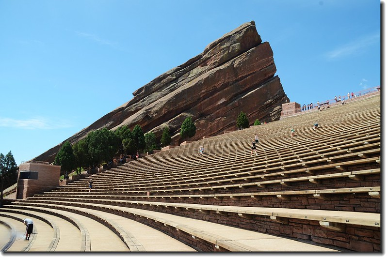Terraces(seats)of Amphitheatre (可容納10000人)--後方為south wall--Ship Rock