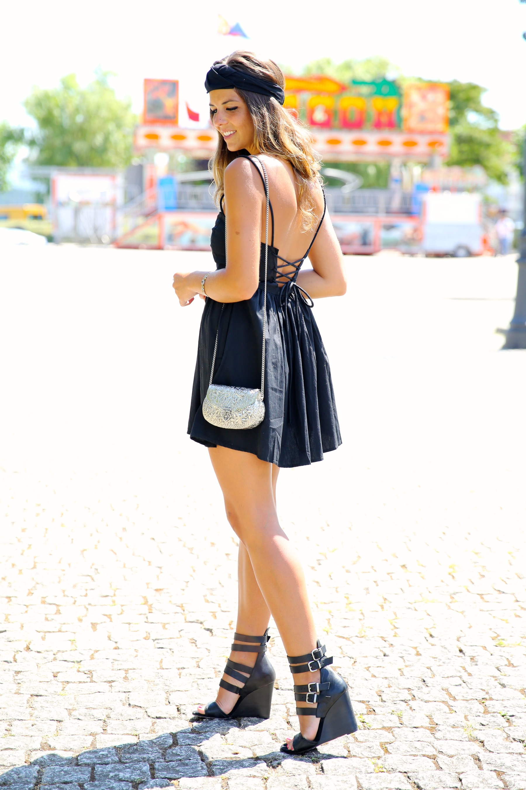 trendy_taste-look-outfit-street_style-blog-blogger-fashion_spain-moda_españa-maje-black_dress-vestido_negro-espalda_abierta-sandalias-silver_bag-bolso_plata-o_grove-galicia-turbante-turban-9