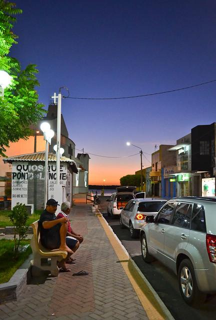 Uma pequena cidade, um crepúsculo.