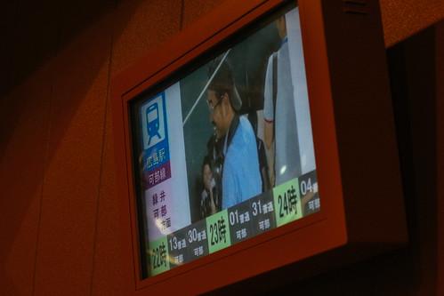 賽後餐點販賣區的電視會把電車班次show出來
