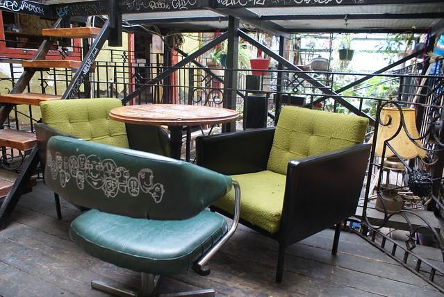 Exemple de chaises autour d'une table au Szimpla à Budapest
