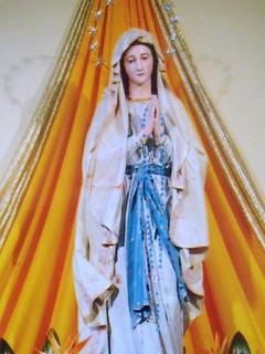 la foto che testimonia la presenza di due angeli dietro la Madonnina
