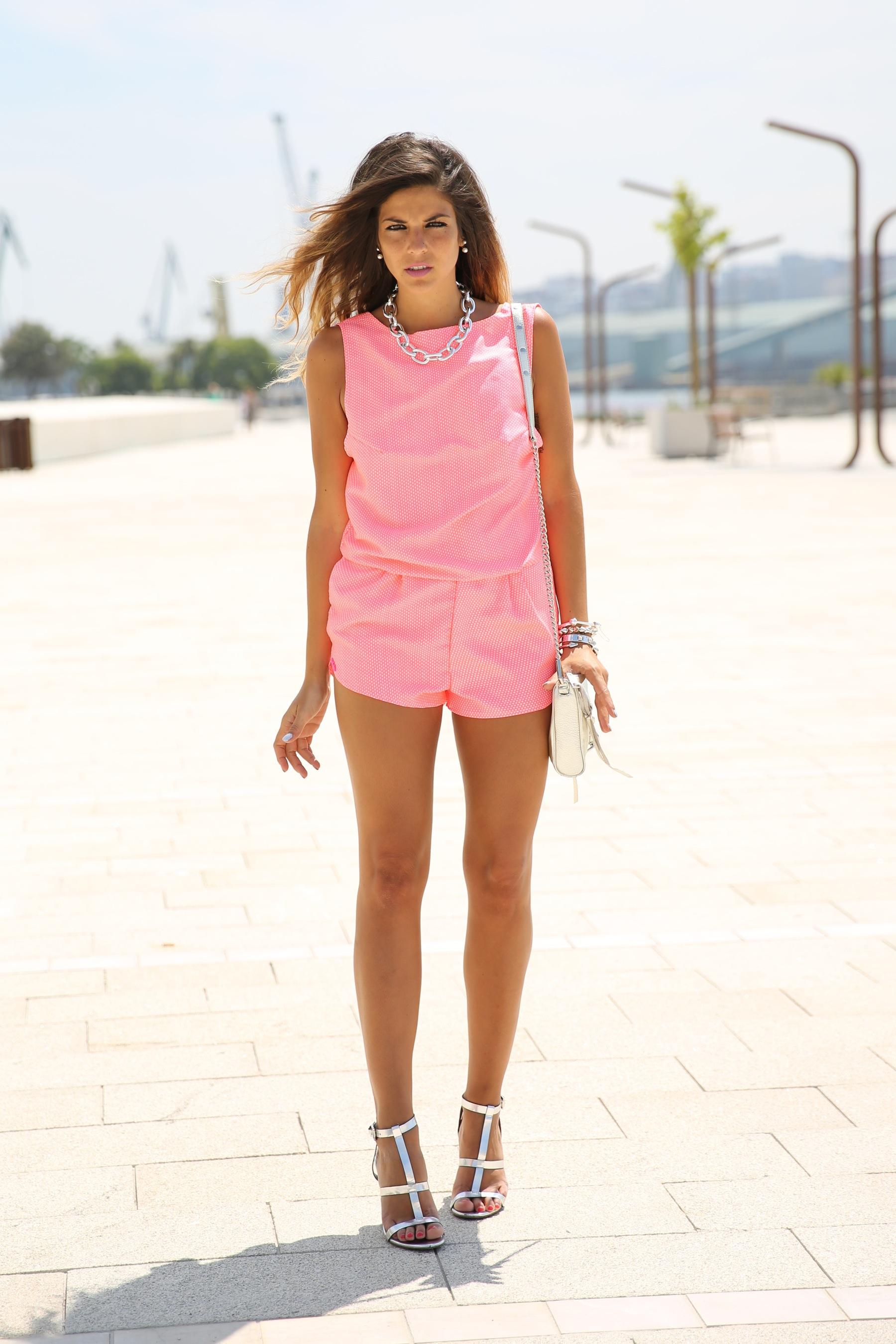 trendy_taste-look-outfit-street_style-ootd-blog-blogger-fashion_spain-moda_españa-silver_bag-bolso_plata-mono_rosa-mekdes-coruña-marina-13