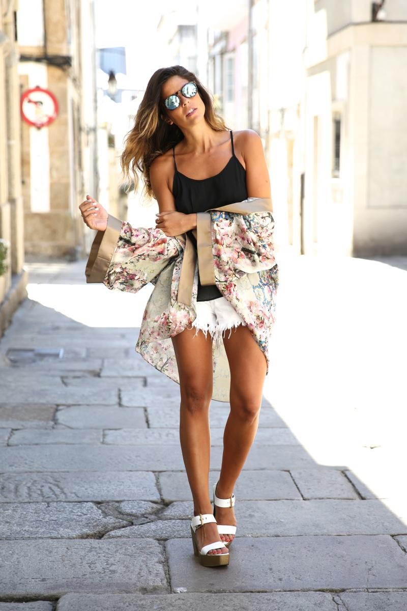 trendy_taste-look-outfit-street_style-ootd-blog-blogger-fashion_spain-moda_españa-kimono-white_sandals-sandalias_altas_plataformas-guess-denim_white_shorts-shorts_vaqueros_blancos-12
