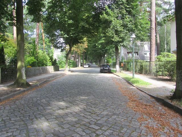 Der Berliner Stadtrand hat noch viele viele Kopfsteinpflasterstraßen.