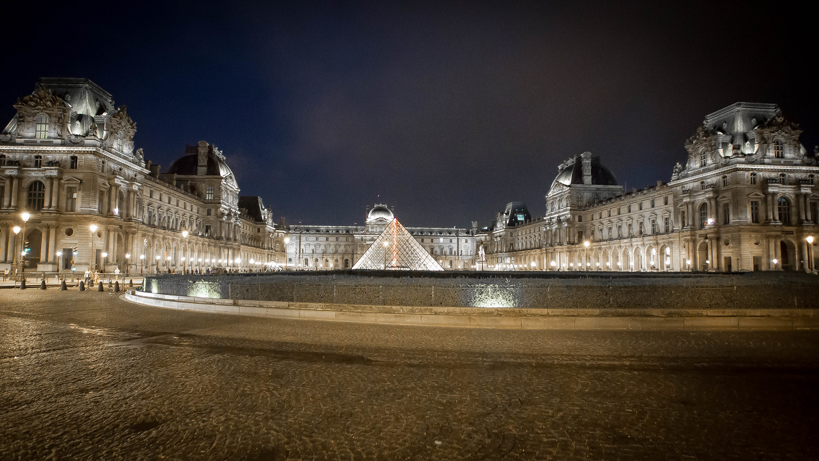 Nightlight of the Palais du Louvre