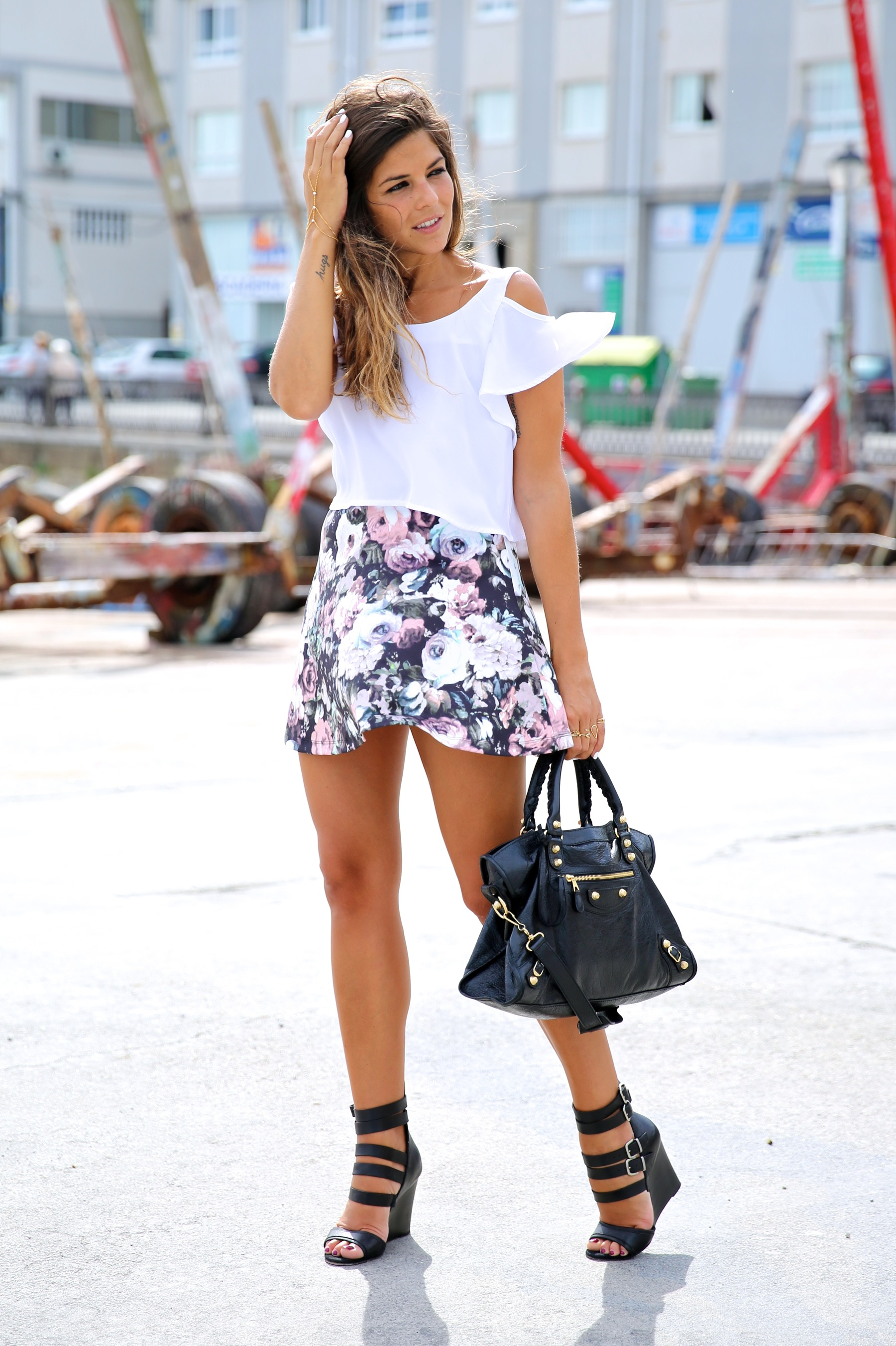 trendy_taste-look-outfit-street_style-ootd-blog-blogger-fashion_spain-moda_españa-flower_print-falda_flores-sandalias_piel-leather_sandals-maje-balenciaga-city_bag-trench-kimono-top_blanco-white_top-7
