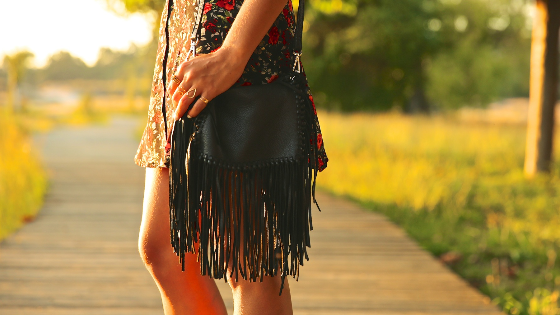 trendy_taste-look-outfit-street_style-ootd-blog-blogger-fashion_spain-moda_españa-flower_print-dress-vestido-flores-sandalias_negras-black_sandals-platforms-sunset-playa-beach-summer-4