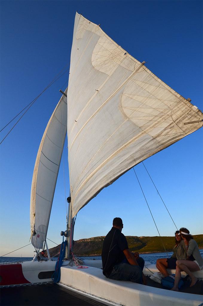 Enormes velas del catamarán con el que navegamos por Menorca