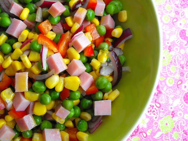 Salada de ervilhas com cubos de fiambre