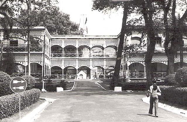 Saïgon 1974 - L'Hôpital Grall, l'allée vers les services de médecine.