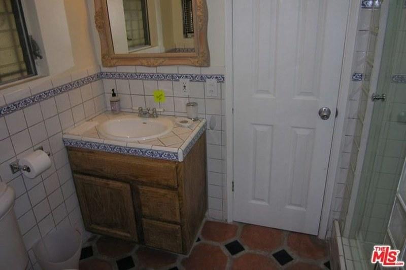 Туалет в старом доме Вина Дизеля